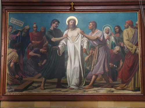 De tiende statie: Jezus wordt van zijn kleren beroofd
