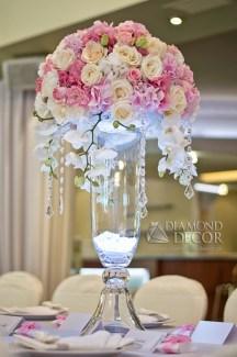 elegancka dekoracja ślubna na stole gości
