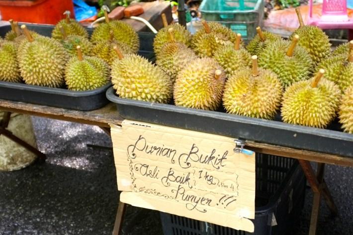 stragan z durianami - czuć z daleka!