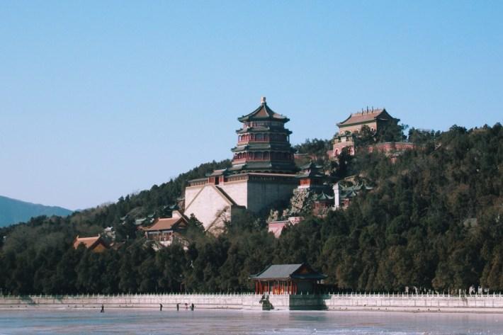pałac leni widziany z jeziora