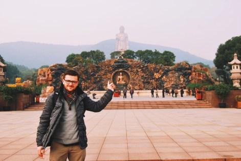 Wielkie Budda w Ling Shan, nadal w oddali