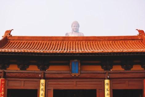 zza kolejnej bramy wygląda Wielki Budda w Ling Shan