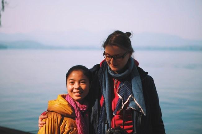 życie nad Jeziorem Zachodnim: Chińczycy uwielbiają sobie robić zdjęcia z obcokrajowcami. Tutaj Madzia z młodą Chinką