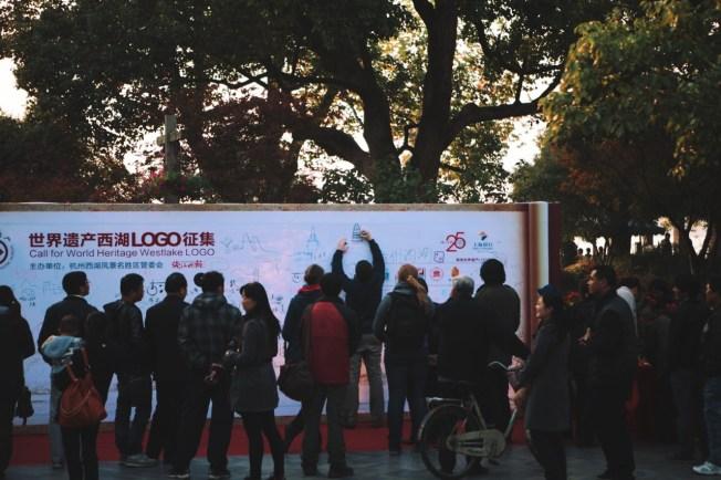 Wesołowski rysuje logo Hangzhou
