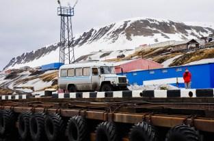 przystań w Barentsburgu - jak nie masz siły pokonać 200 kilkadziesiąt schodów - ten uroczy grat może Cię zabrać na górę
