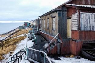 stara, drewniana zabudowa Barentsburga powoli się sypie