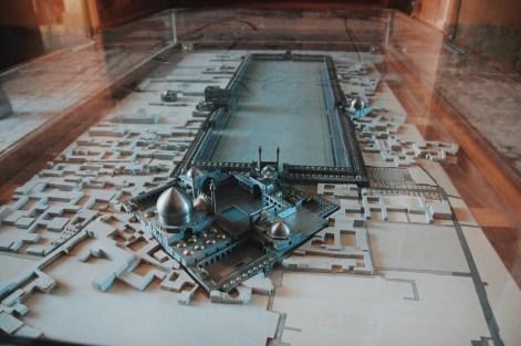 plan placu Imama w zakurzonej gablocie w pałacu Ali Qapu | zdjęcie Magdalena Garbacz-Wesołowska