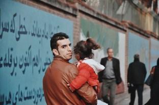spacer wzdłuż murów byłej ambasady USA   zdjęcie Magdalena Garbacz-Wesołowska