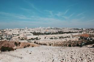 Jerozolima w oddali, na pierwszym panie cmentarz Żydowski na Górze Oliwnej
