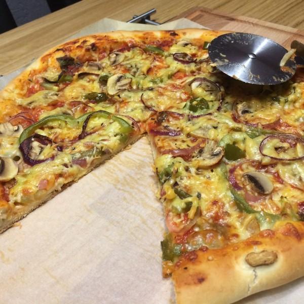 huisgemaakt-pizza-met-kaaskorst-8