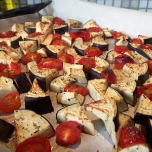 Cherrytomaatjes en aubergines geroosterd