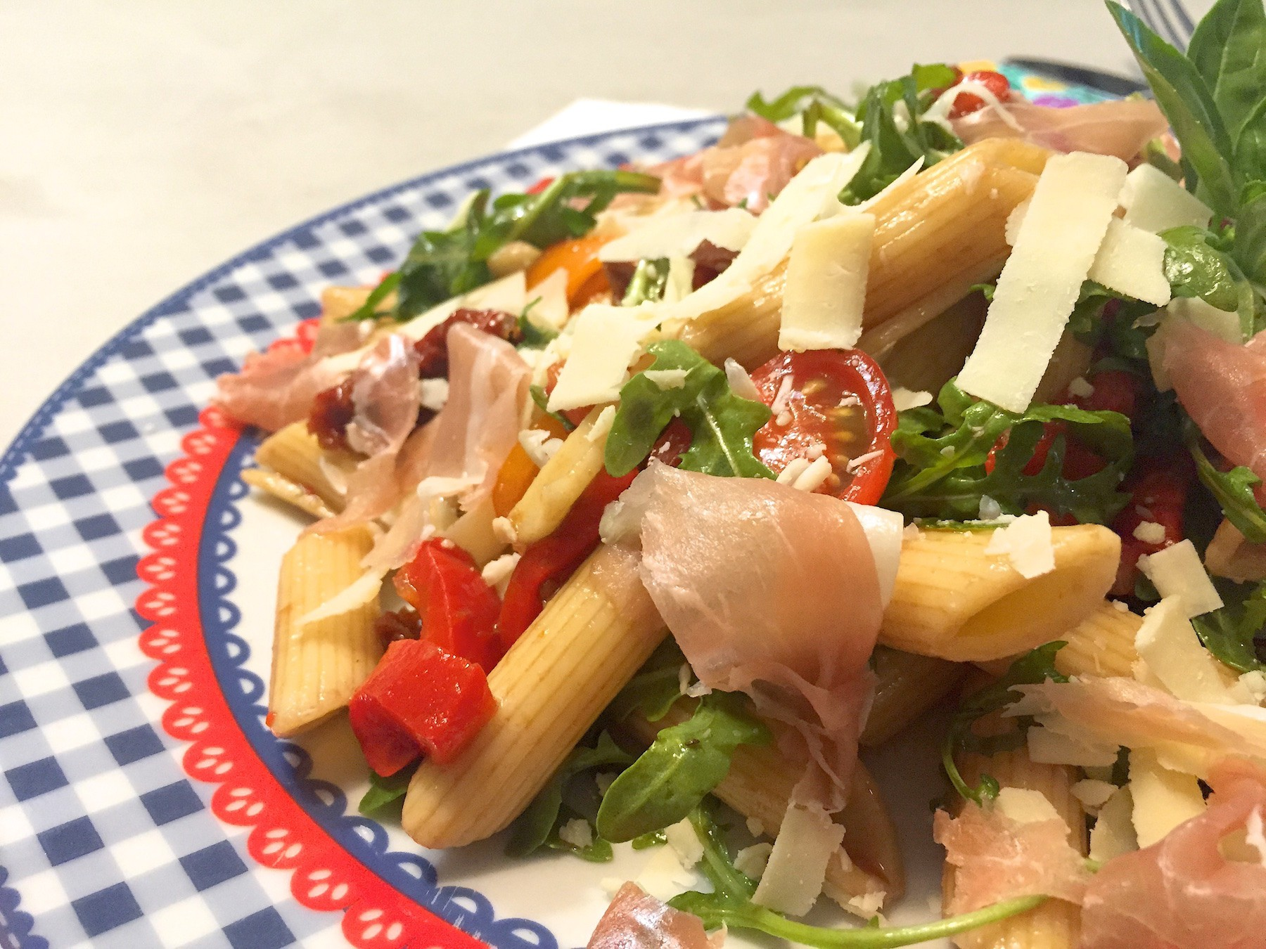 barbecue pastasalade met serranoham
