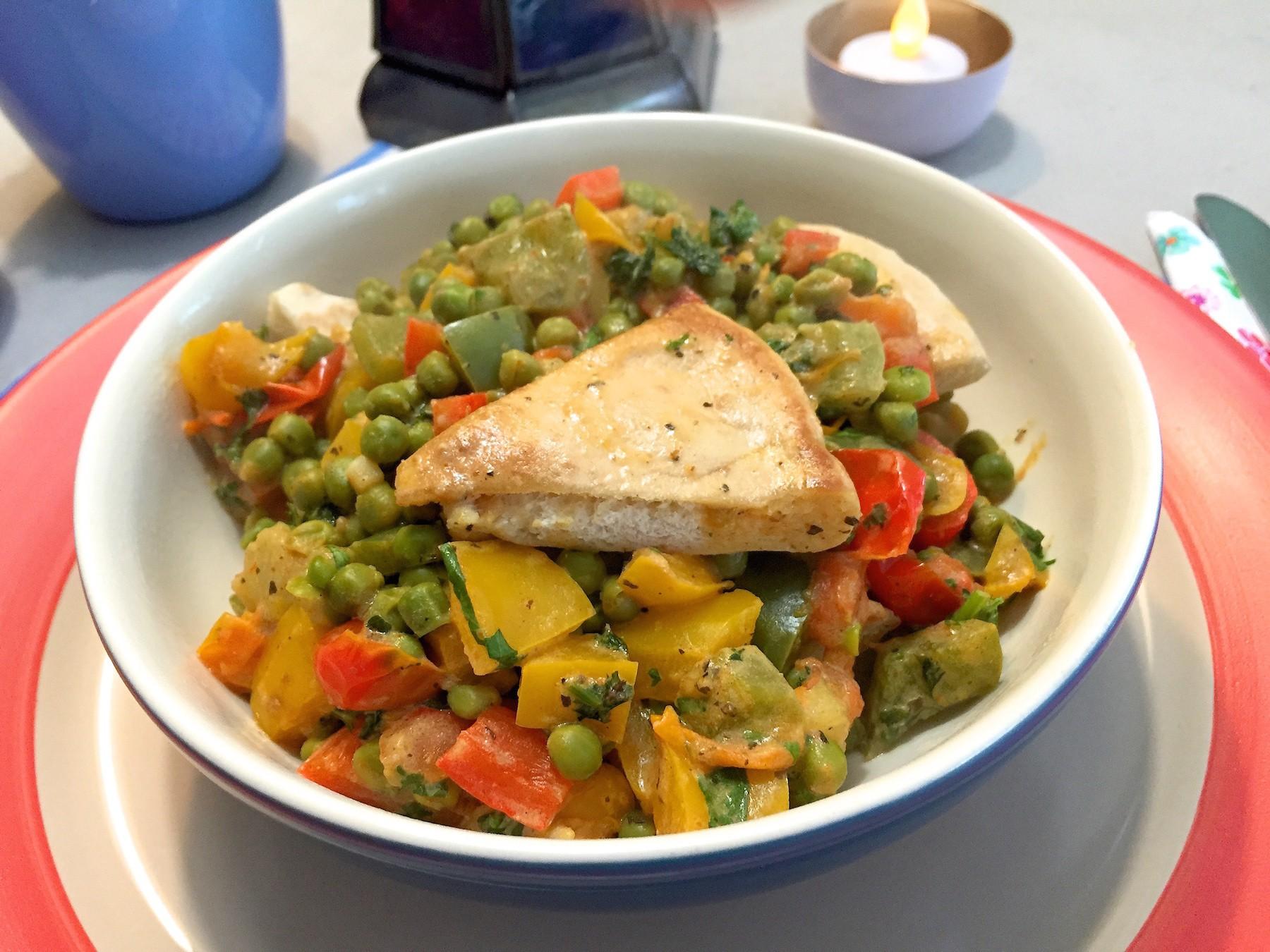 warme salade met doperwten en paprika
