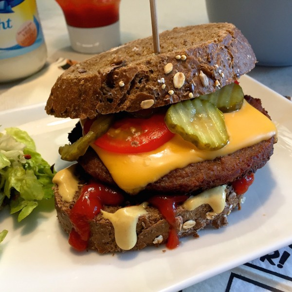 cheeseburger van sneden brood
