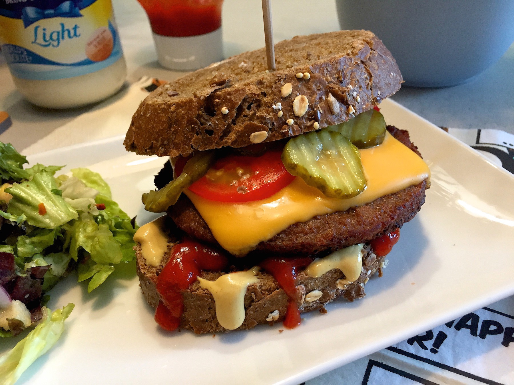 cheeseburger van sneden brood