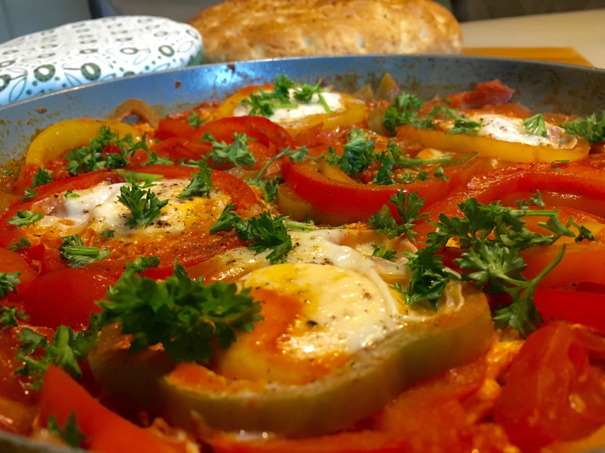 Turkse eieren met brood en paprika