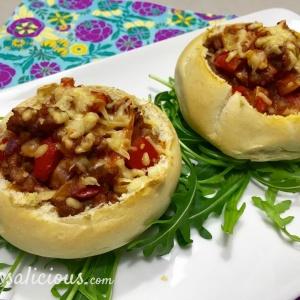 Gevulde broodjes met vegetarisch gehakt op een bedje van rucola