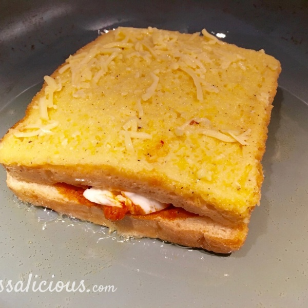 Bakken van een Mozzarella tosti met arrabbiata pesto