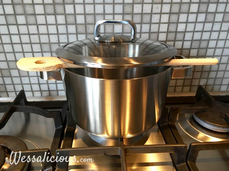 pollepel op een pan tegen overkoken