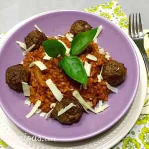 Bovenaanzicht Stevige risotto met tomaat