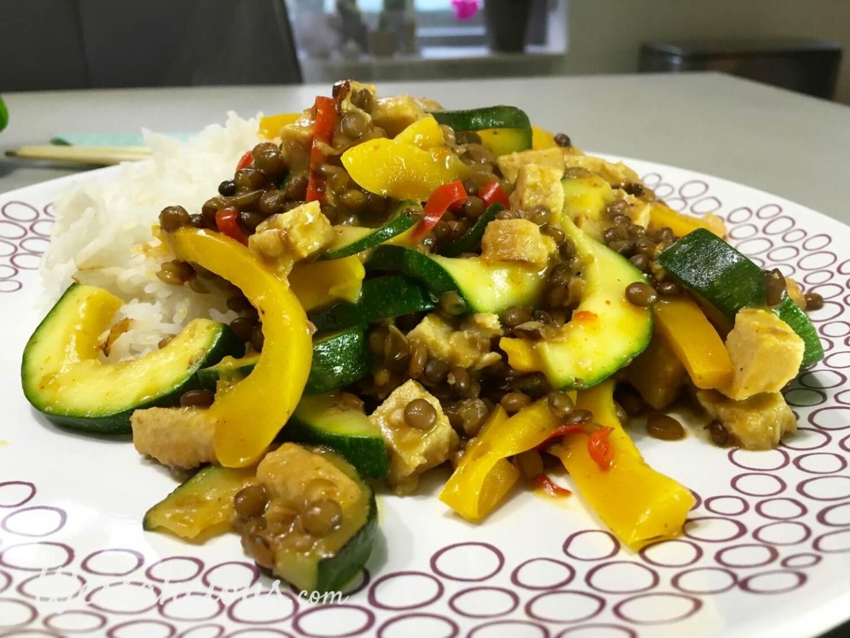 Thaise linzen-curry met courgette en paprika