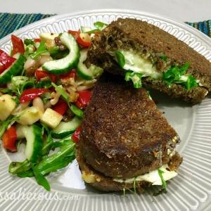 Toast met brie en walnoot en salade