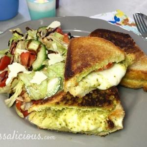 Lekkere Tosti mozzarella met pesto en salade van balsamico