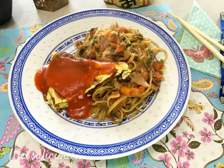 Eindresultaat Chinese mie met omelet en zoete tomatensaus