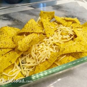 Voorbereiding Mexicaanse ovenschotel van tortillachips, dit is de bodem met kaas