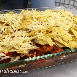 Mexicaanse ovenschotel van tortillachips vlak voor deze in de oven gaat