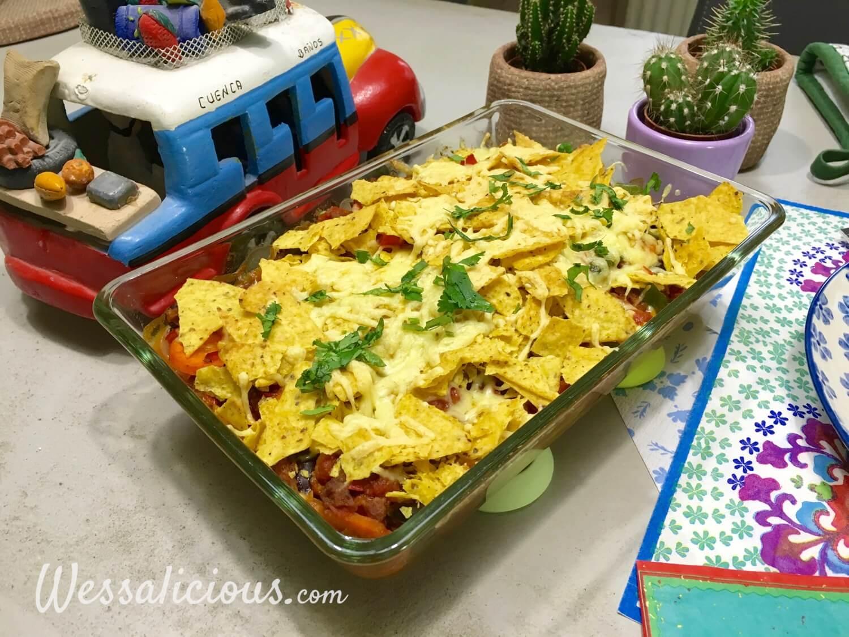 Mexicaanse ovenschotel van tortillachips afgewerkt met koriander