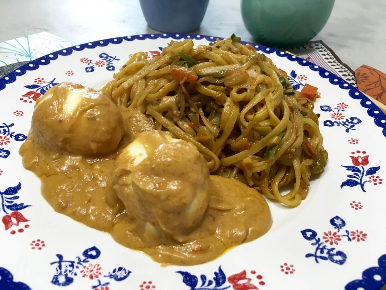 Mie met Indonesische eieren en pindasaus