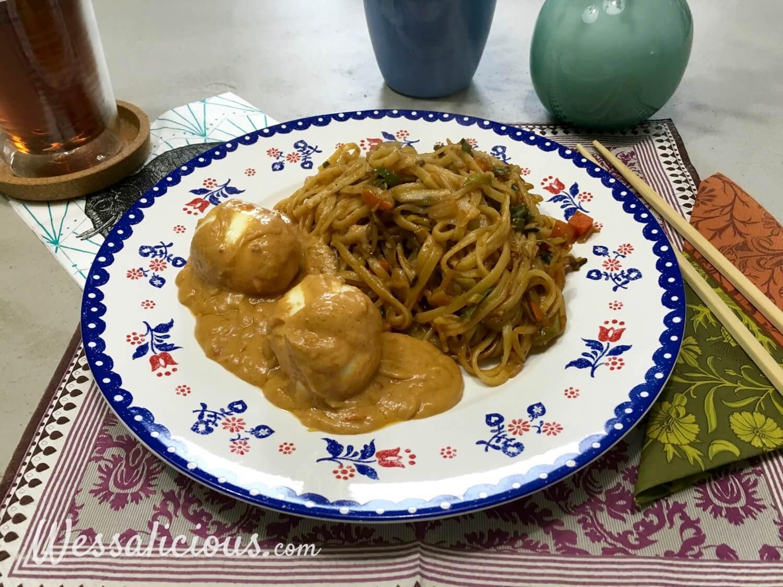Mie met Indonesische eieren en pindasaus en mie