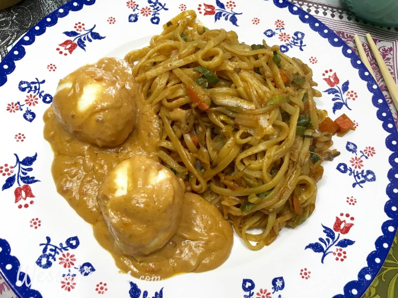 Eindresultaat Mie met Indonesische eieren en pindasaus
