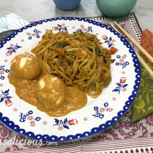 Mie met Indonesische eieren en pindasaus met bami