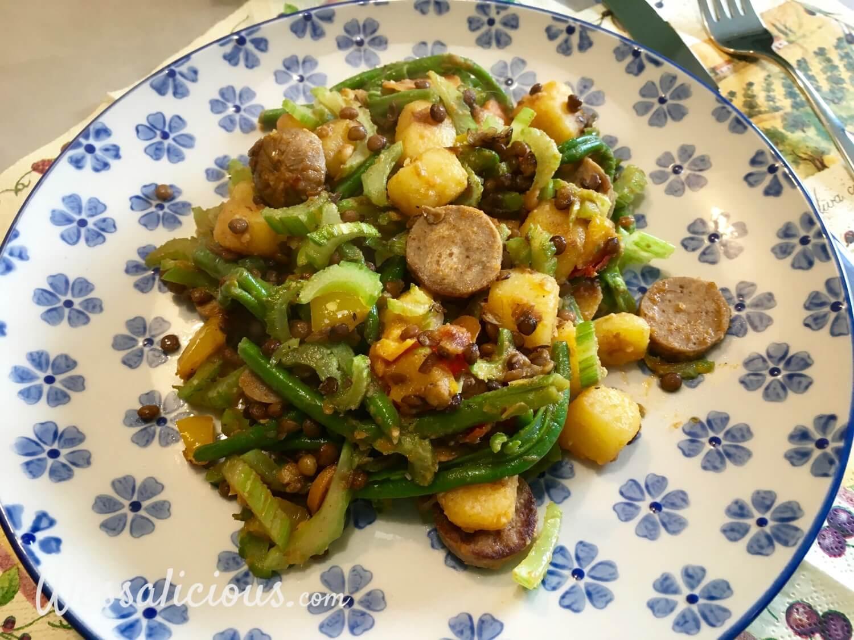 Linzen-aardappelschotel met vegetarische worst