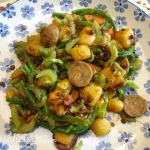 Linzen-aardappelschotel met vegetarische worst en bonen