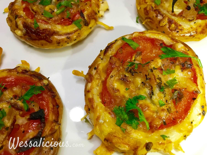 Lekkere bladerdeeg hapjes met tomaat, ui en kaas