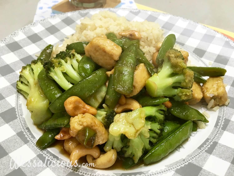 gezonde Rijstschotel met cashewnoten en groene groenten