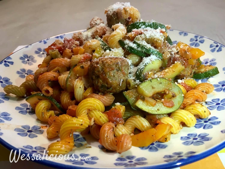 Kruidige pasta met courgette en paprika