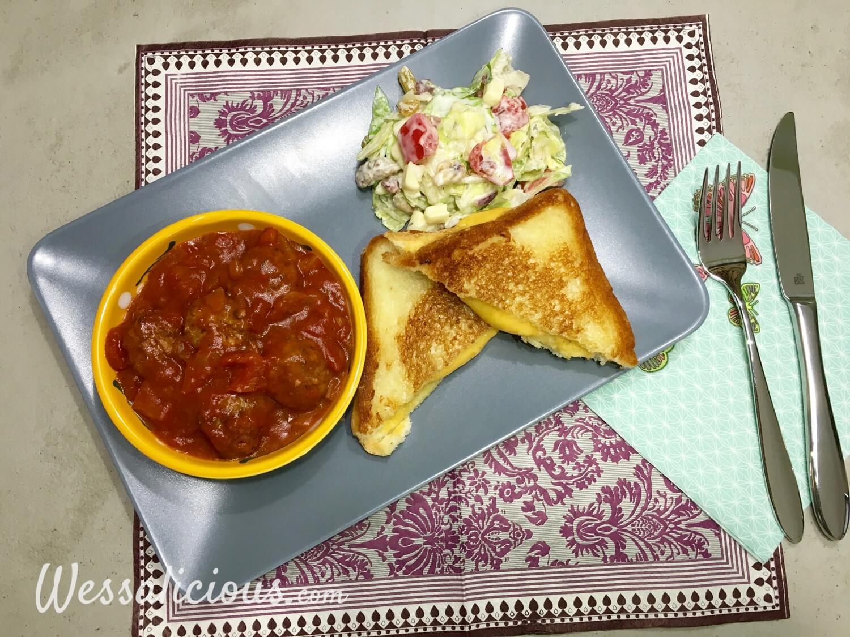 Eindresultaat Kruidige Toast met notenballetjes in tomatensaus (tosti)