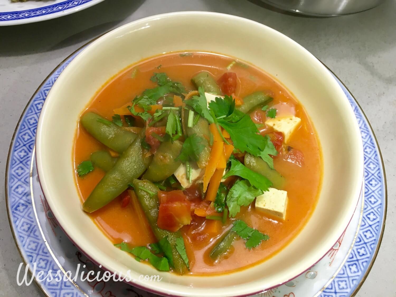Romige Thaise tofusoep met sugar snaps