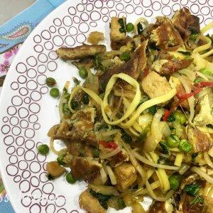 Indonesische Bami van pasta met taugé