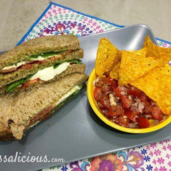 Mozzarella clubsandwich met bruschetta met tortilla chips