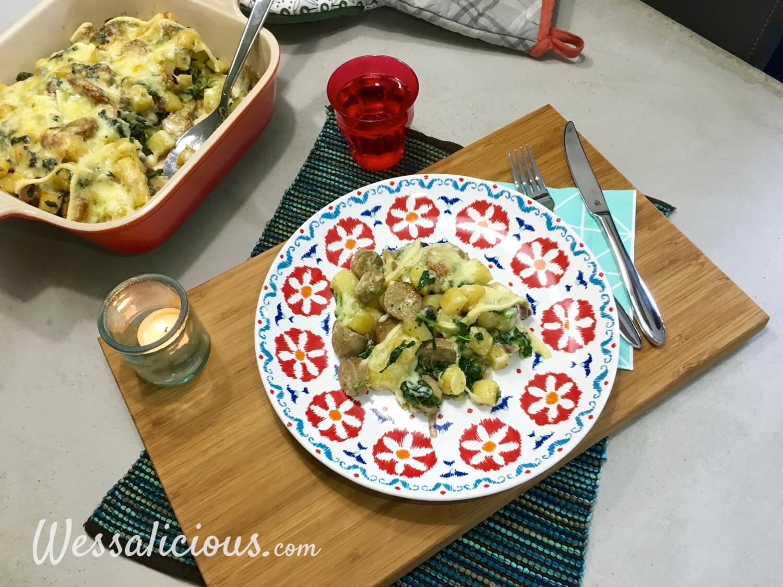 Zwitserse aardappelschotel met spinazie en vegetarische worst