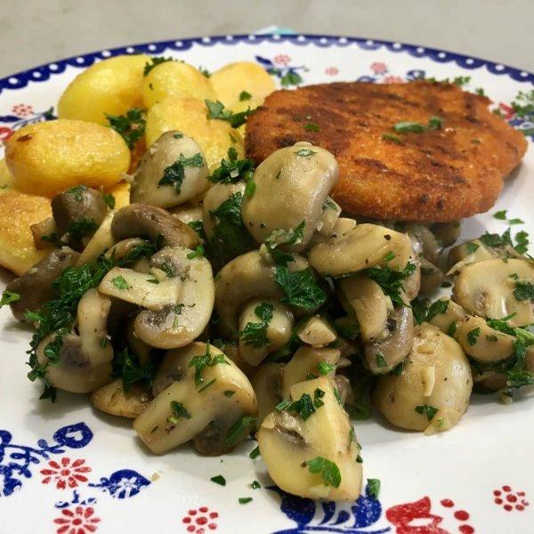 Knoflookchampignons met aardappel en vegetarische snitzel