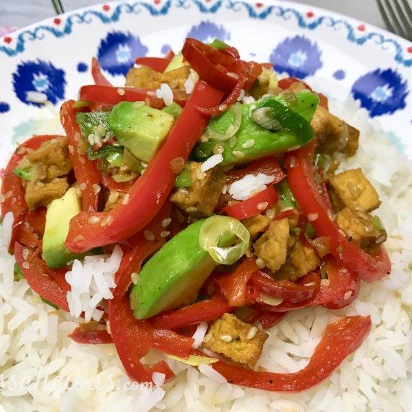 Bijzondere rijstschotel met avocado en sojasaus