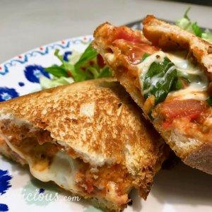 Smeuige Pizzatoast met mozzarella
