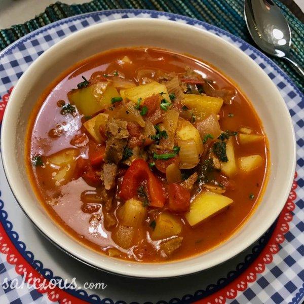 Vegetarische Goulashsoep met aardappel