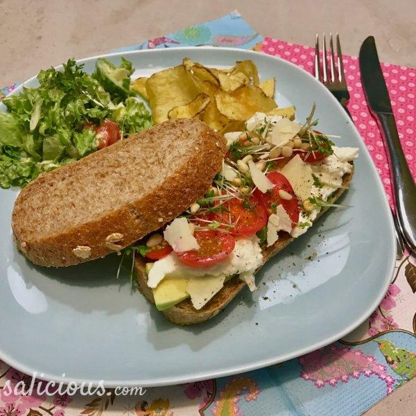 Lekkere Avocado Sandwich met pesto en mozzarella